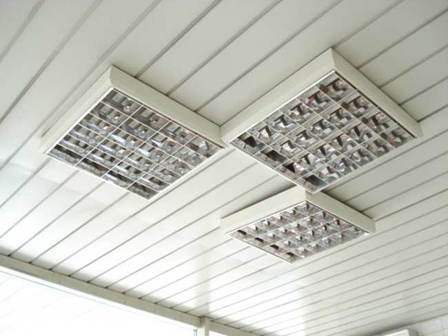 Светодиодный светильник со светоотражающей решеткой