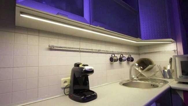 линейный светодиодный светильник на кухне под шкафы