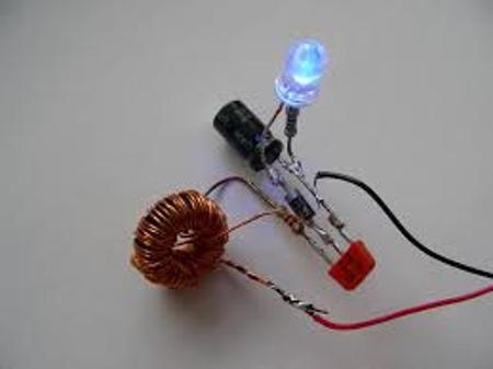 собираем схему питания светодиода от батарейки своими руками на коленке